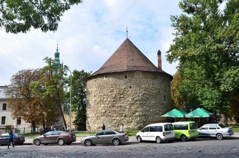 利沃夫州,乌克兰, 2013年9月, 16日 汽车在利沃夫州临近粉末塔 免版税库存照片