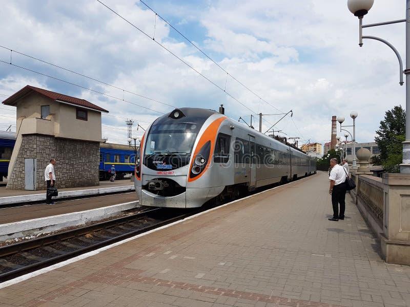 利沃夫州,乌克兰- 9 9 2018年:现代火车的构成在利沃夫州火车站的平台的 快速地基础设施 免版税库存照片