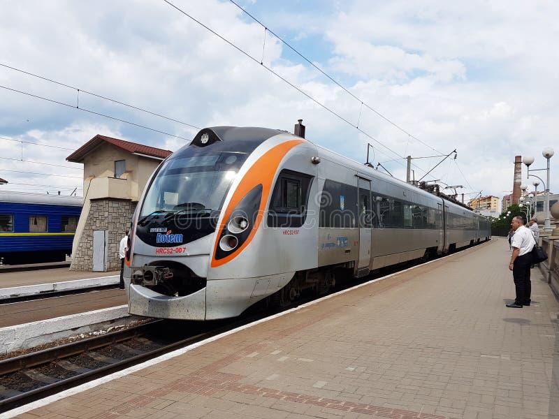 利沃夫州,乌克兰- 9 9 2018年:现代火车的构成在利沃夫州火车站的平台的 快速地基础设施 库存照片