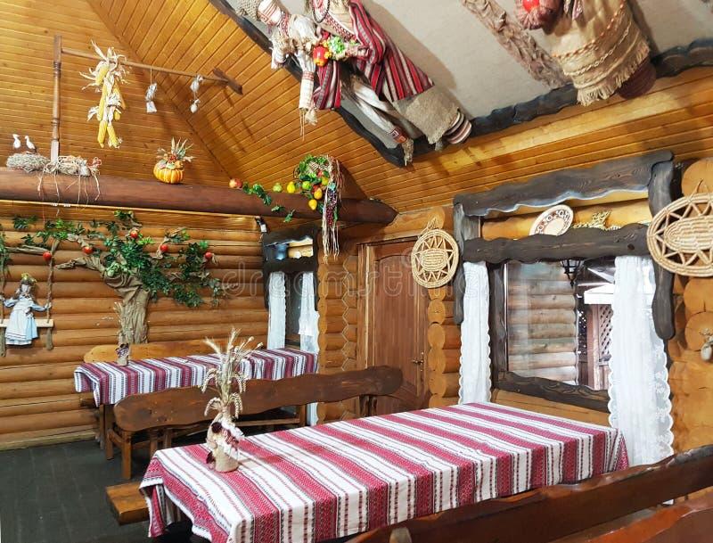利沃夫州,乌克兰- 9 9 2018年:餐馆的室内设计乌克兰传统全国样式的 风景咖啡馆和吃饭的客人 库存照片