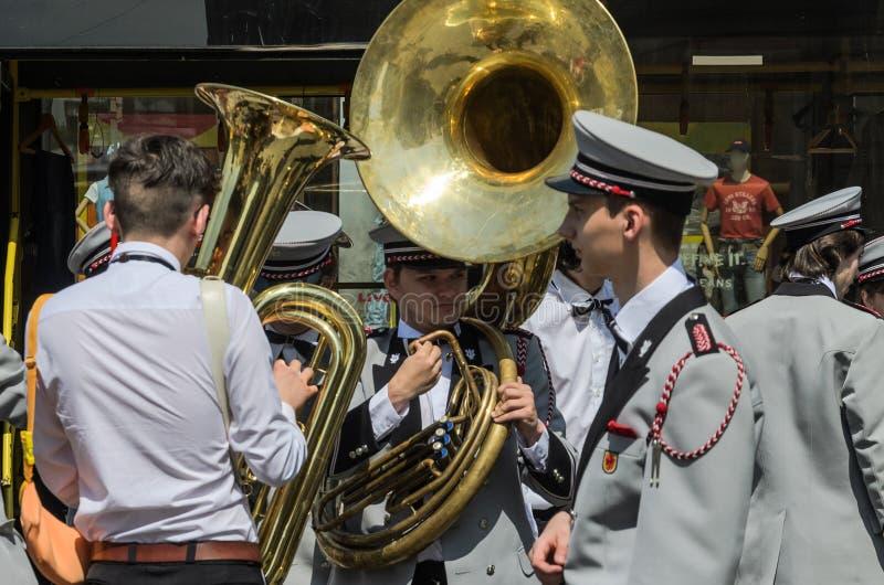 利沃夫州,乌克兰- 2018年5月:军乐队的音乐家在表现前排练在城市 免版税库存图片