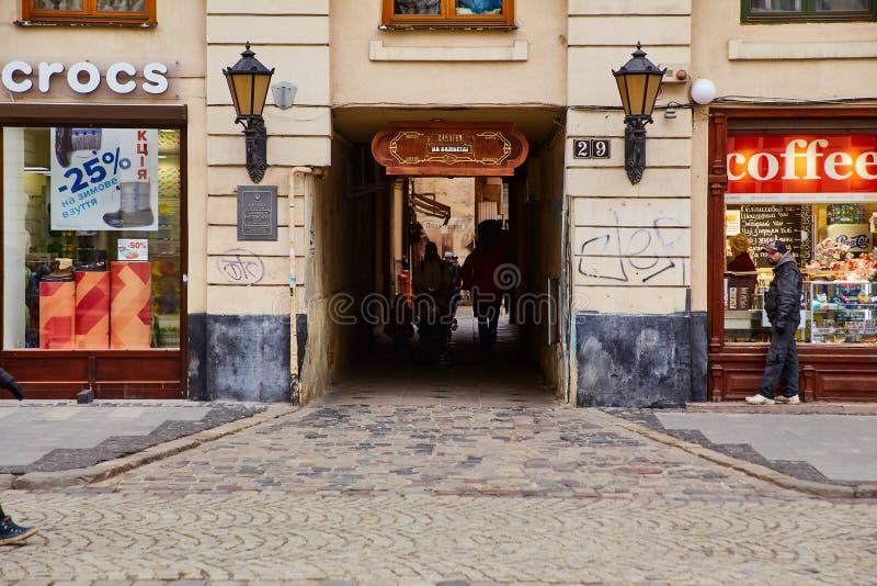 利沃夫州,乌克兰- 2017年11月 在房子里通过隧道在利沃夫州的中心 老欧洲城市的建筑学 免版税库存图片