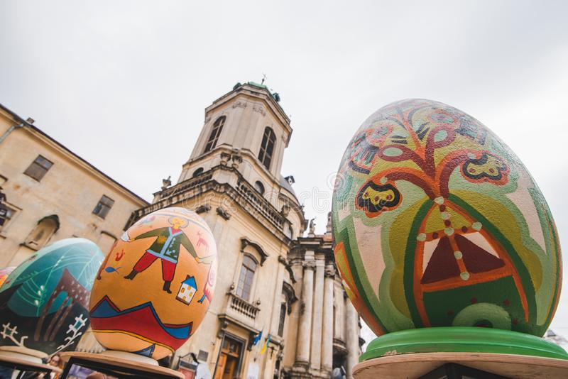 利沃夫州,乌克兰- 2018年3月31日:复活节装饰背景的蛋教会 免版税库存图片