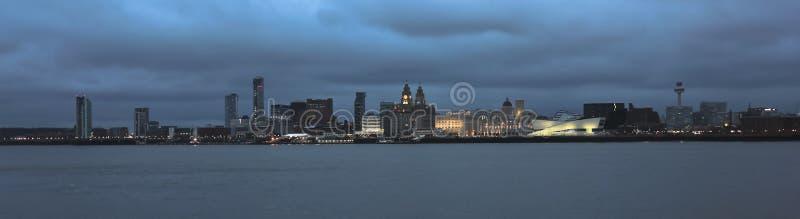 利物浦和Mersey河视图在晚上 免版税库存照片