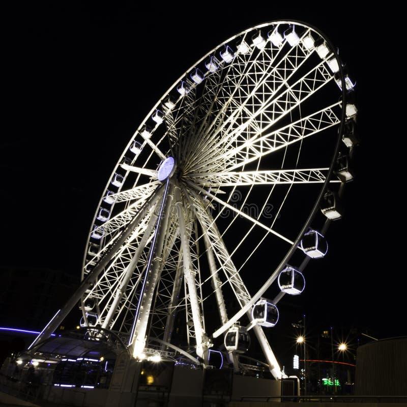 利物浦回声轮子/利物浦眼睛在夜-河梅尔塞,利物浦的船骨码头江边之前 库存图片