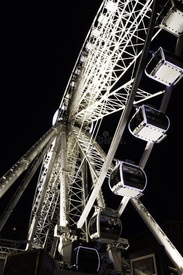 利物浦回声轮子/利物浦眼睛在夜-河梅尔塞,利物浦的船骨码头江边之前 免版税库存照片