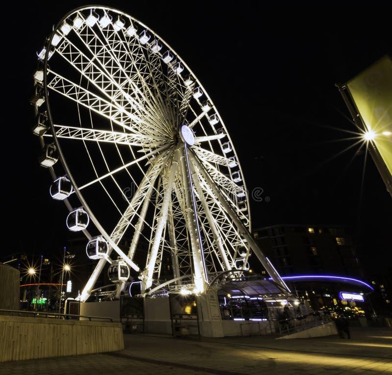 利物浦回声轮子/利物浦眼睛在夜-河梅尔塞,利物浦的船骨码头江边之前 免版税图库摄影