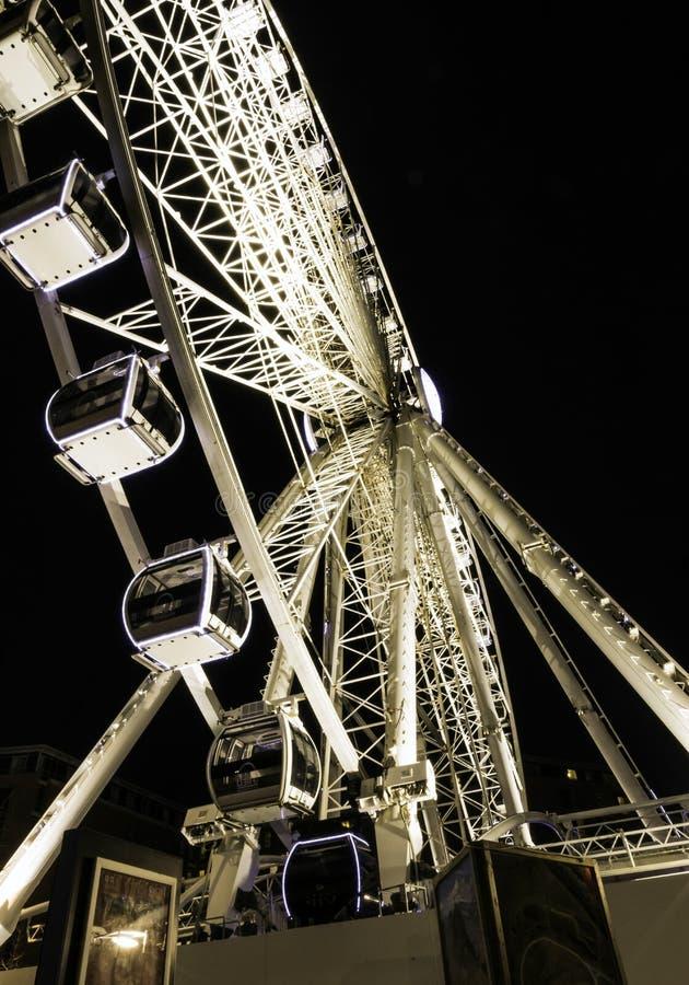利物浦回声轮子/利物浦眼睛在夜-河梅尔塞,利物浦的船骨码头江边之前 库存照片