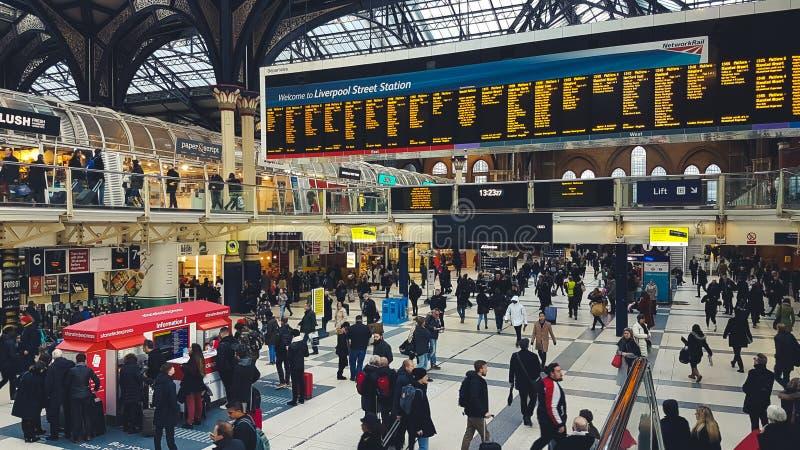 利物浦街道与许多人,等待的搭乘的火车站,寻找信息和走通过大厅 图库摄影