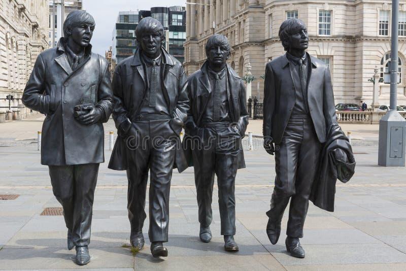 利物浦,英国- 2019年5月22日:Beatles的古铜色雕象站立在码头头在河梅尔塞一边 免版税库存照片