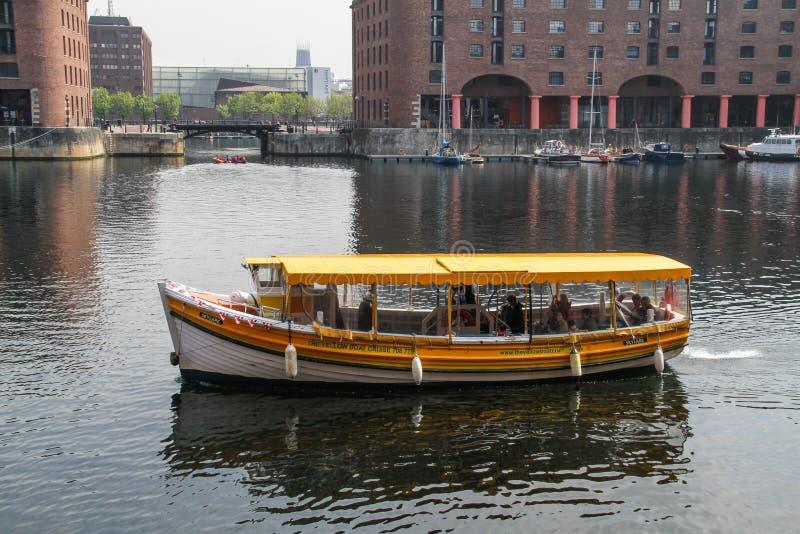 利物浦,英国- 2014年2月24日:黄色游船航行在阿尔伯特船坞 免版税库存图片
