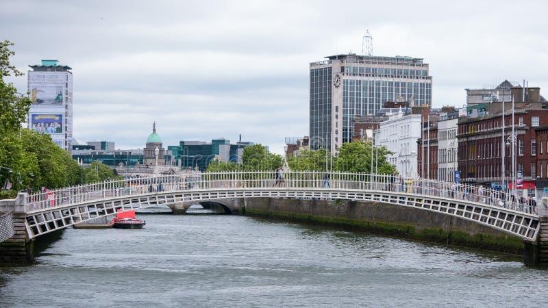 利菲河、半便士铜币桥梁和海涅肯大厦/O'Connell桥楼室 免版税库存照片