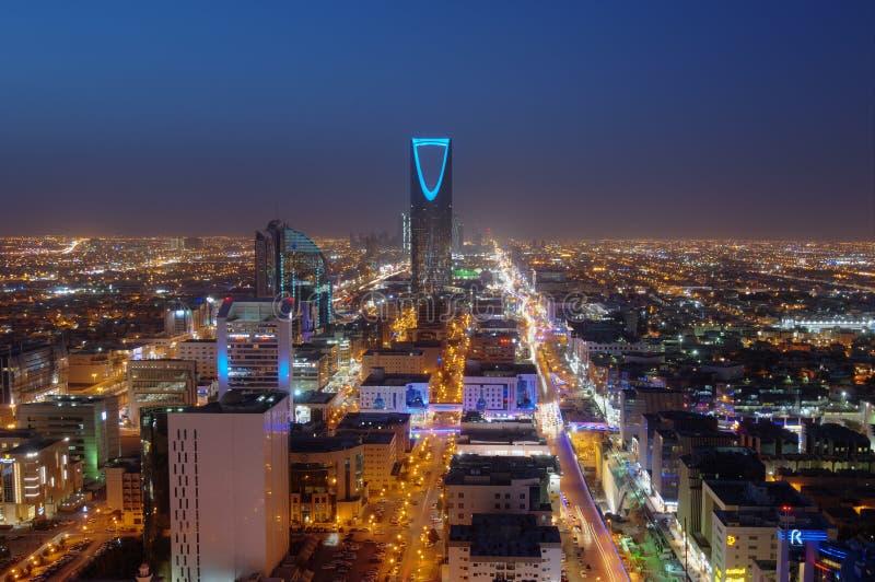 利雅得地平线在晚上,显示王国塔 库存照片
