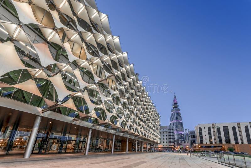 利雅得,沙特阿拉伯- 2018年10月18日:法赫德国王国立图书馆门面的Perpective视图往Al Faisaliyah塔的 免版税库存图片