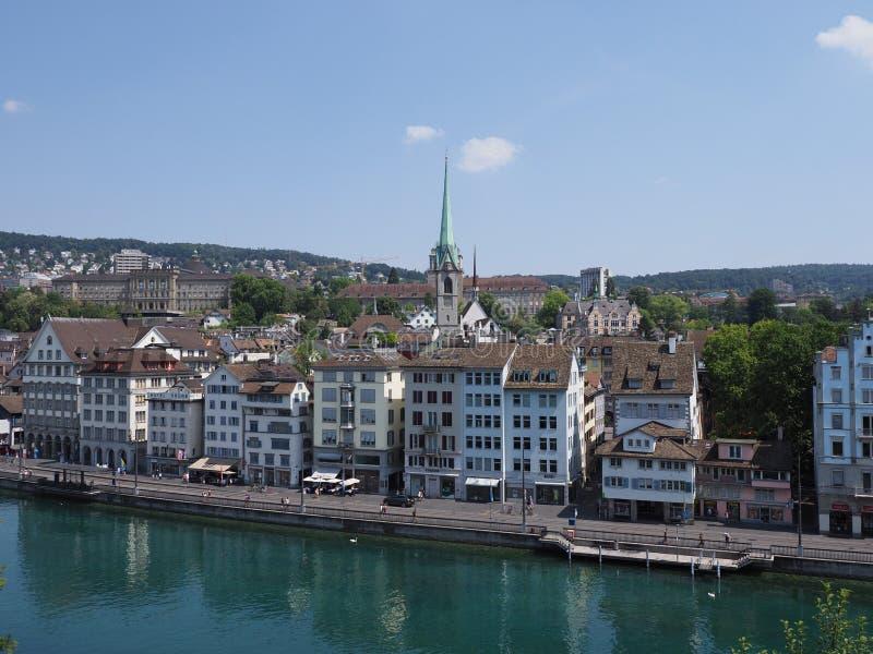 利马特河河河岸和苏黎世市欧洲都市风景风景的美丽的hhite房子在瑞士 免版税库存图片