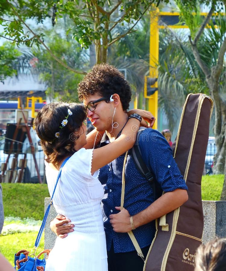 利马秘鲁 拥抱在公园的年轻愉快的夫妇 库存图片