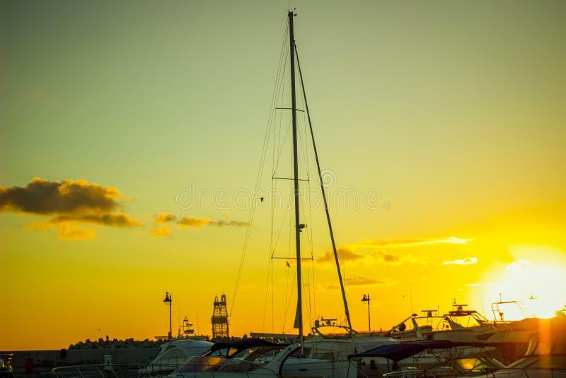 利马索尔,塞浦路斯,太阳上升的利马索尔小游艇船坞划船热心者的 库存照片