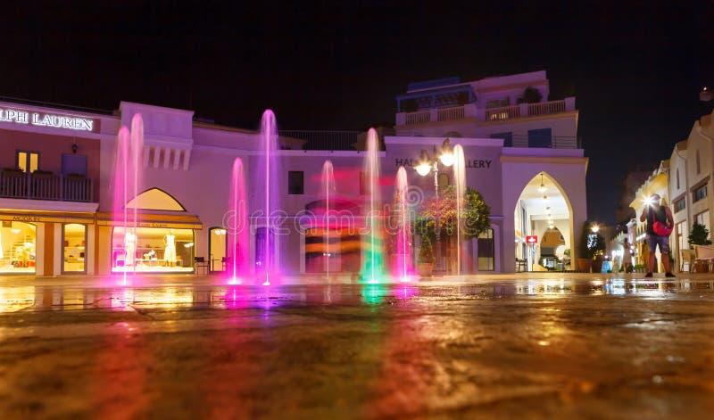 利马索尔,塞浦路斯8月8日2018年:美丽的光和音乐喷泉有多彩多姿的照明设备的 免版税库存照片