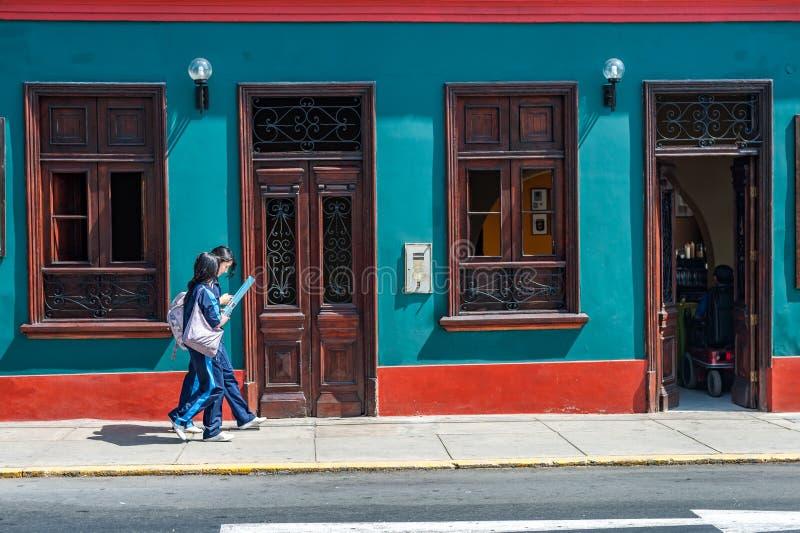 利马,秘鲁- 2013年4月12日:走在利马的未认出的中国游人 看地图 库存照片