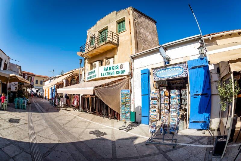 利马索尔,塞浦路斯- 2016年3月18日:在Irinis街上的`塞浦路斯角落`著名纪念品店在利马索尔城堡附近 库存照片