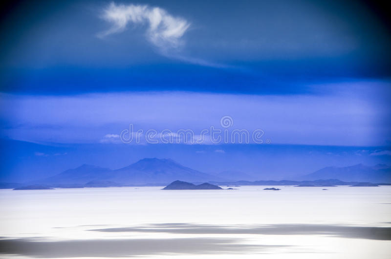 01 06 2000年玻利维亚de distance女性湖层放置孤立稀薄在撒拉尔盐旅行家uyuni走的水 免版税图库摄影
