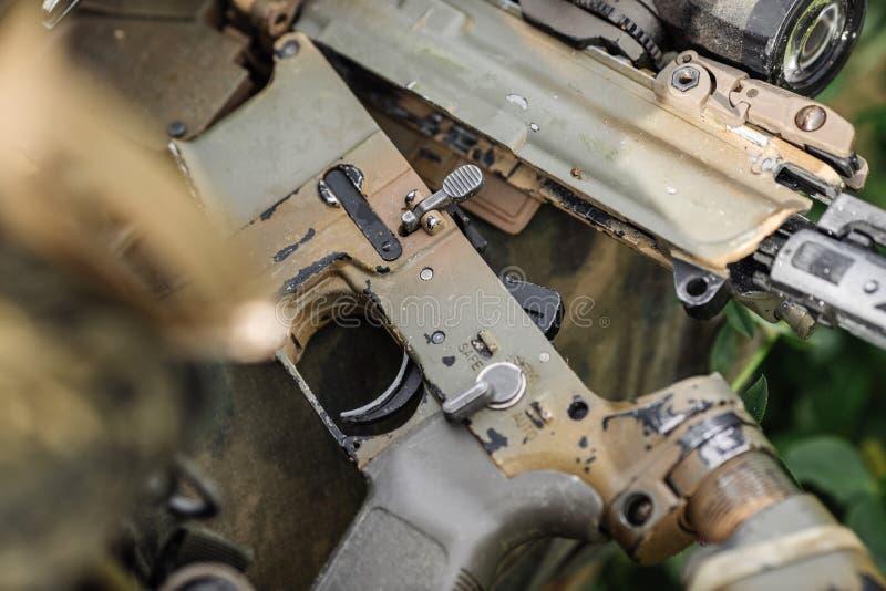 别动队员修理固定有工具的步枪 免版税图库摄影