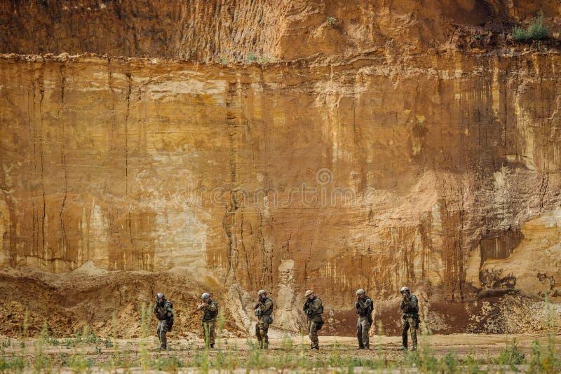 别动队员合作与步枪的身分和看照相机 免版税库存照片