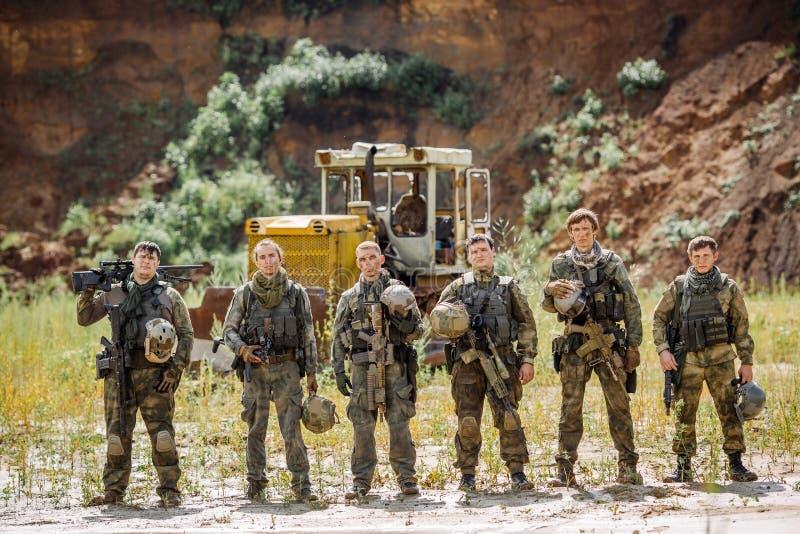 别动队员合作与步枪的身分和看照相机 免版税库存图片