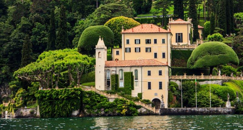 别墅一个看法的台尔Balbianello从在科莫湖,意大利,欧洲的游轮 免版税库存图片