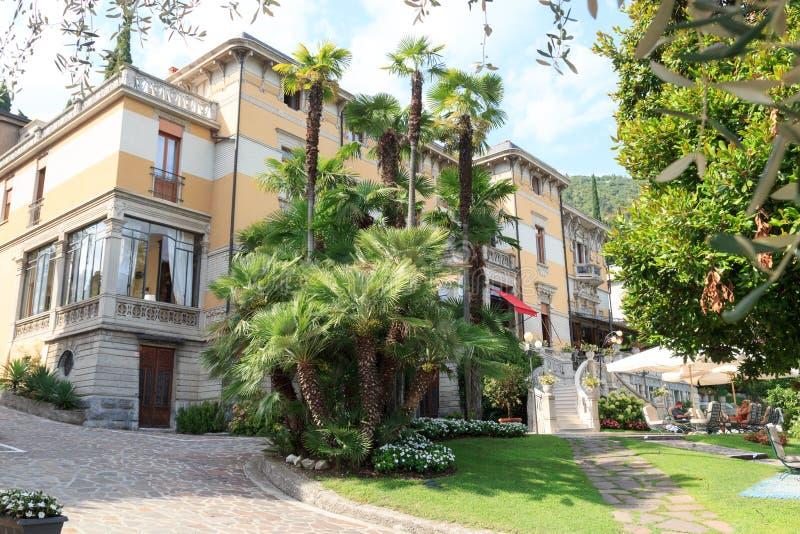 别墅劳林和棕榈树在加尔达湖的,意大利Salo 库存图片