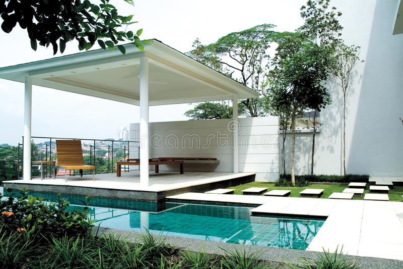 别墅游泳池 免版税图库摄影