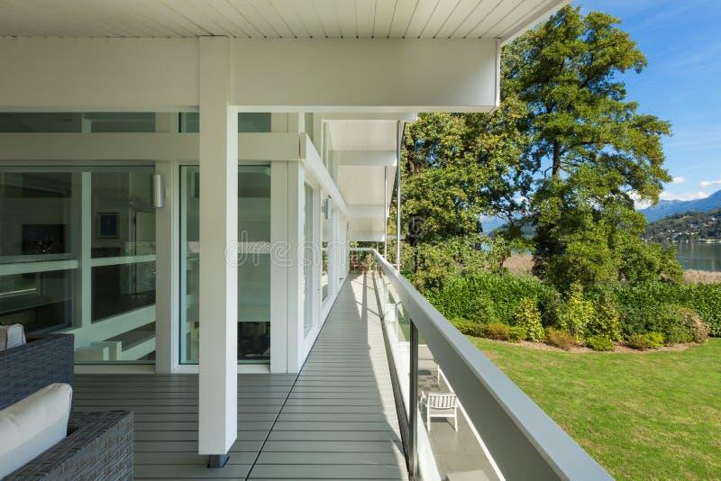 别墅的长的阳台 免版税图库摄影