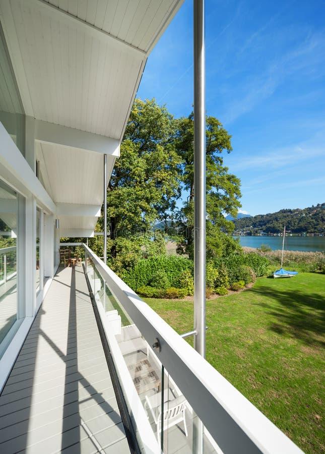 别墅的长的阳台 免版税库存照片