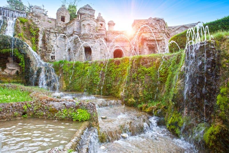 别墅d'Este16th世纪喷泉和庭院,蒂沃利,意大利 科教文组织世界遗产站点 免版税库存照片
