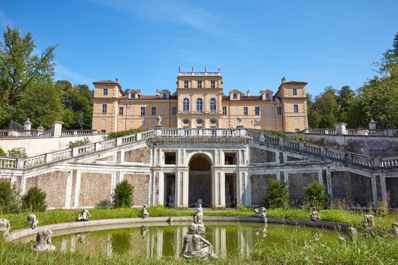 别墅della雷日纳,有意大利庭院的女王/王后宫殿和喷泉在一个夏日在都灵 免版税库存图片
