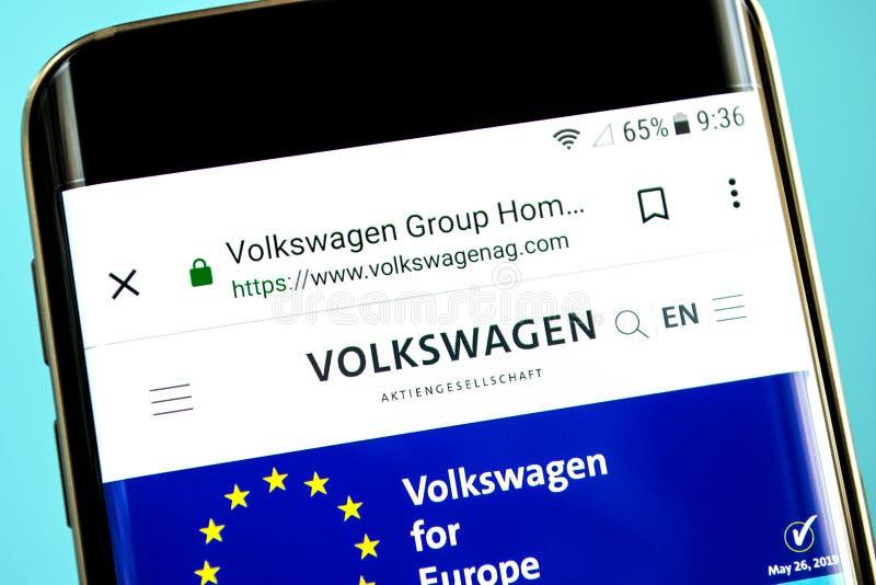 别尔江斯克,乌克兰- 2019年5月30日:大众集团网站主页 大众集团商标可看见在手机屏幕 库存图片