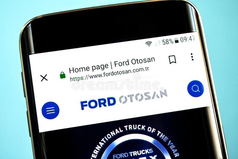 别尔江斯克,乌克兰- 2019年5月30日:福特Otosan网站主页 福特Otosan商标可看见在手机屏幕 库存图片