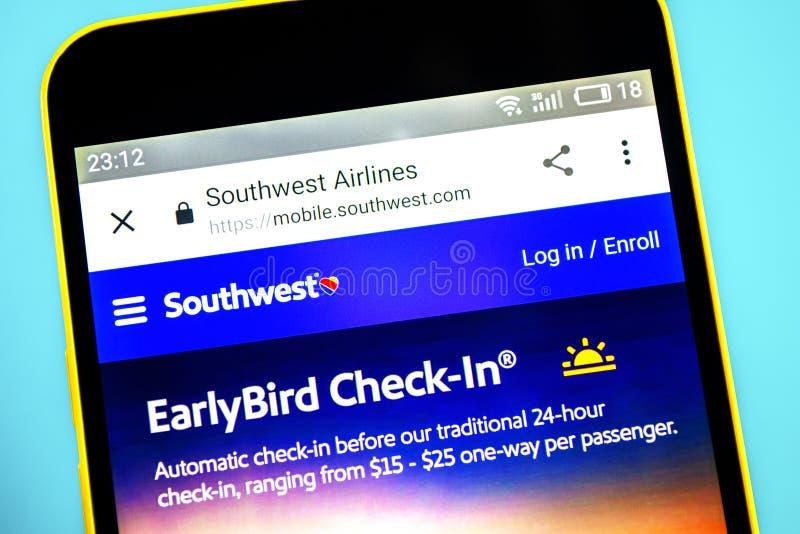 别尔江斯克,乌克兰- 2019年5月26日:西南航空网站主页 西南航空商标可看见在手机屏幕 库存照片