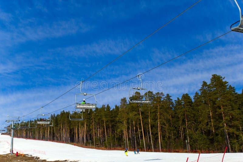 别洛列茨克,俄罗斯,2019年4月13日-反对天空蔚蓝的滑雪电缆车,结束在乌拉尔山脉的滑雪季节 库存图片