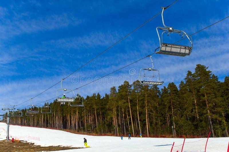 别洛列茨克,俄罗斯,2019年4月13日-反对天空蔚蓝的滑雪电缆车,结束在乌拉尔山脉的滑雪季节 免版税库存照片