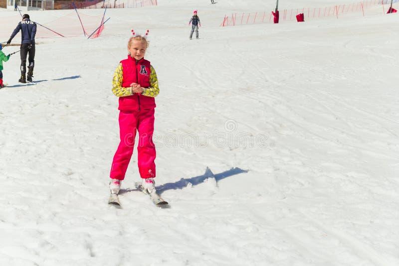 别洛列茨克,俄罗斯,2019年4月13日-女孩去滑雪在滑雪倾斜 库存图片