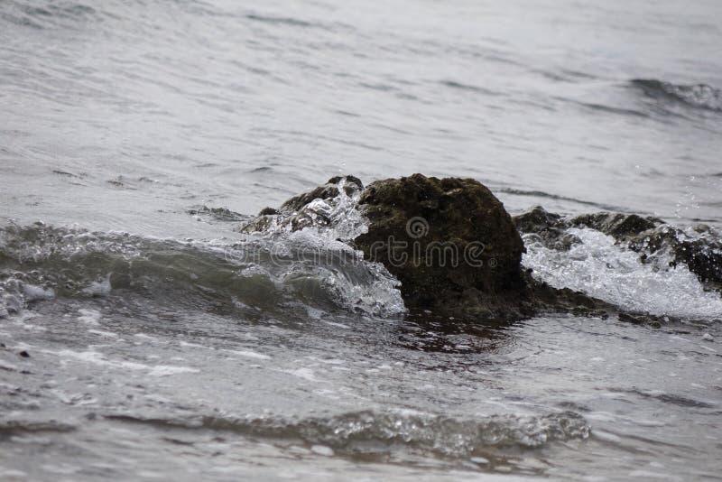 别的挥动,另一个岩石 免版税库存照片