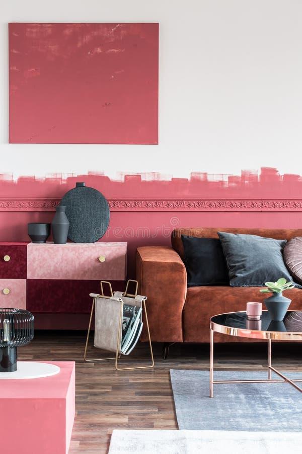 别致的客厅白色和红色ombre墙壁内部在优等的公寓 库存照片