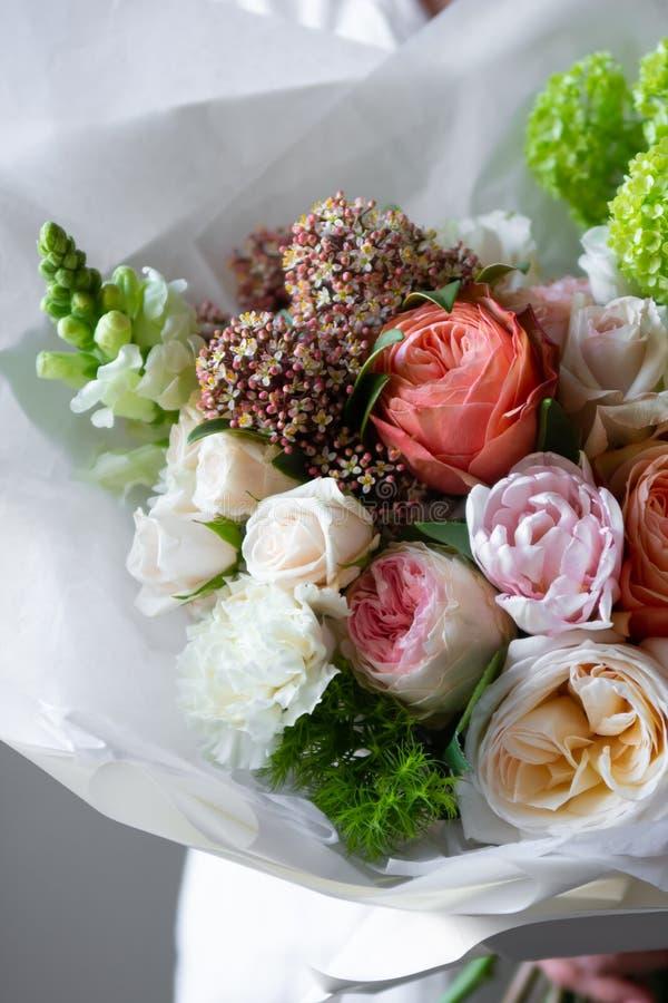 别致的富有的花束,豪华装饰,卖花人的纯熟工作 免版税图库摄影