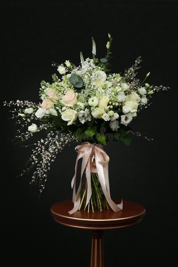 别致的白玫瑰富有的花束  免版税库存图片