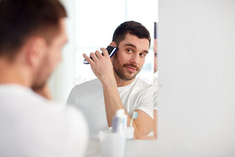 刮与整理者的人胡子在卫生间 库存照片