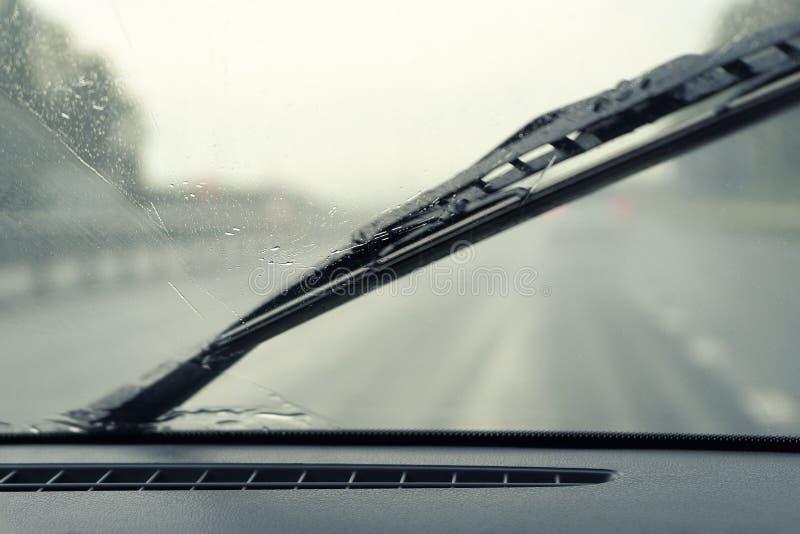 刮水器从雨下落清洗汽车的挡风玻璃 在视图里面的汽车 免版税库存图片
