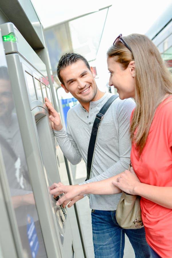 到乘驾电车的夫妇买的票 免版税库存照片