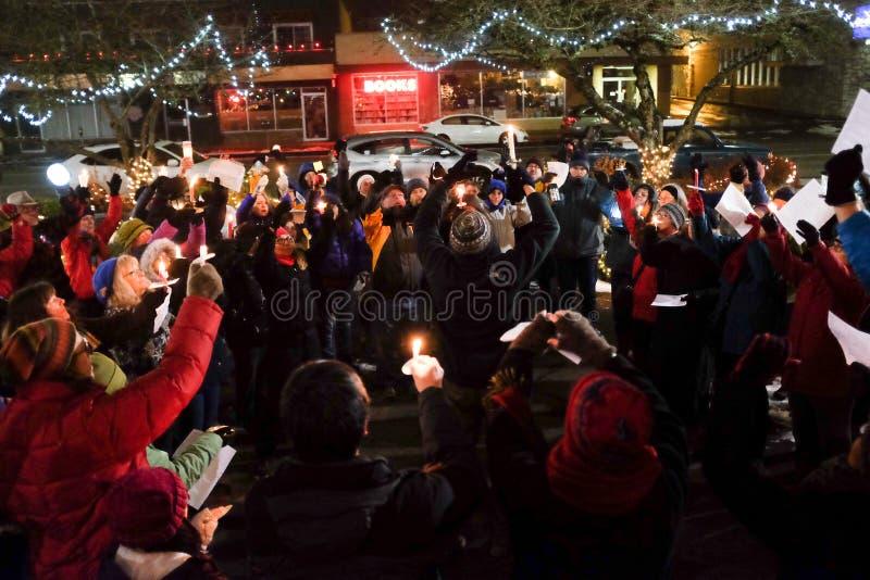 到会者举在高处蜡烛在美国选举人的守夜2016年竞选的 库存图片