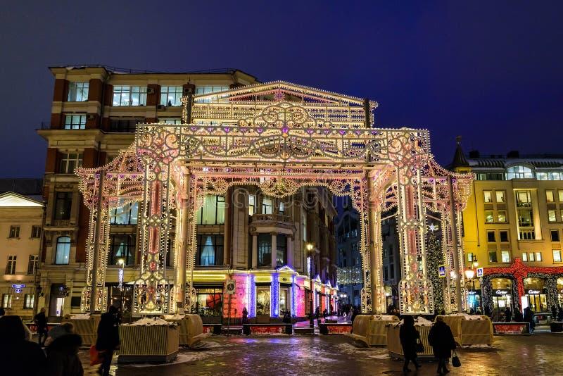 到圣诞节的轻的设施'旅途在一个冬天晚上假日圣诞节和新年 莫斯科俄国 免版税库存图片